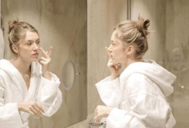 soin visage femme salle de bain